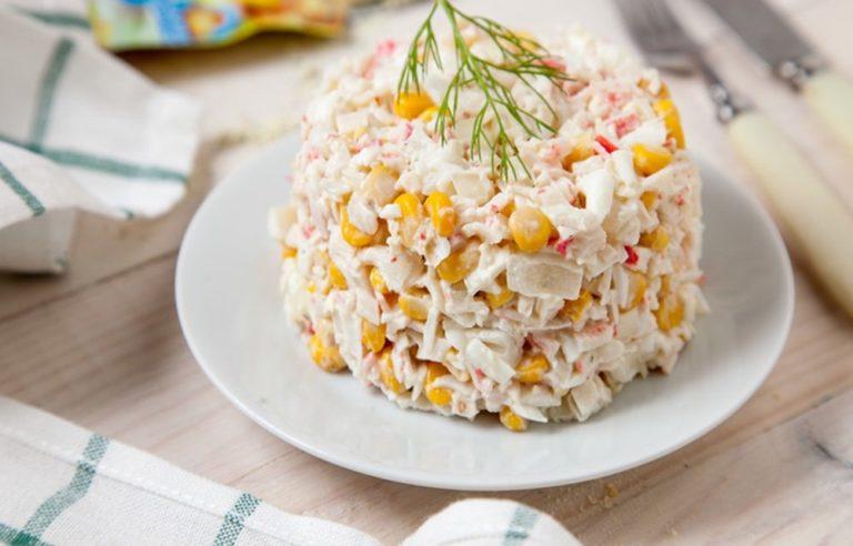 Салат с кукурузой и крабовыми палочками классический рецепт с