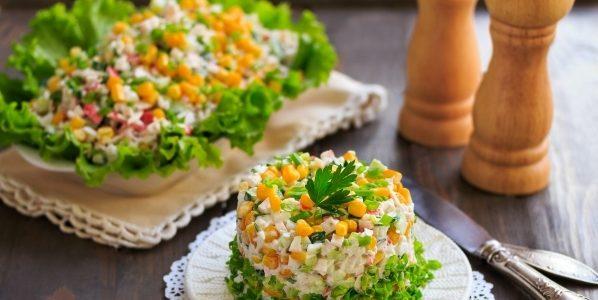 Как оформить салат из крабовых палочек
