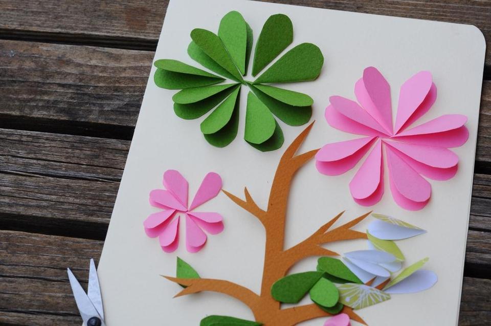 Открытка из цветной бумаги с цветами 82