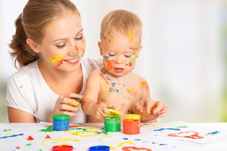 играет мама и малыш