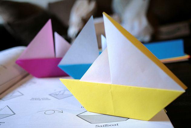 korablik-iz-bumagi-3 Сделать лодку из бумаги пошаговая инструкция. Как сделать кораблик из бумаги: пошаговая инструкция с объяснениями, схемами и иллюстрациями