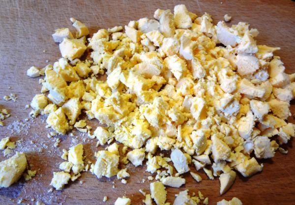 Салаты на 23 февраля: простые и недорогие рецепты праздничных салатиков этап 12