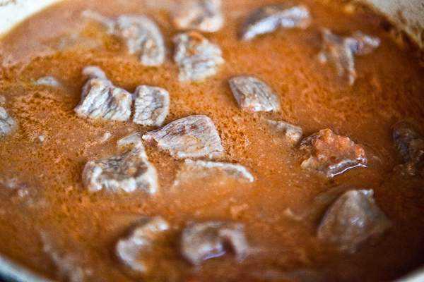 Как приготовить гуляш из говядины, чтобы мясо было мягким? 7 рецептов гуляша с подливкой этап 14