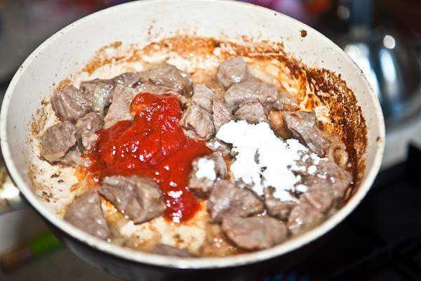 Как приготовить гуляш из говядины, чтобы мясо было мягким? 7 рецептов гуляша с подливкой этап 11