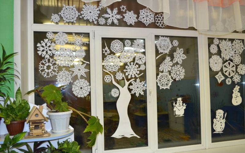 Украшения на окна из бумаги к Новому году 2021. Трафареты и шаблоны новогодних украшений этап 4
