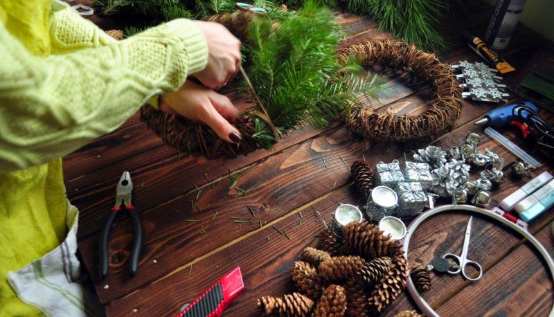 Новогодний венок своими руками. 12 мастер-классов по изготовлению венков в домашних условиях этап 35