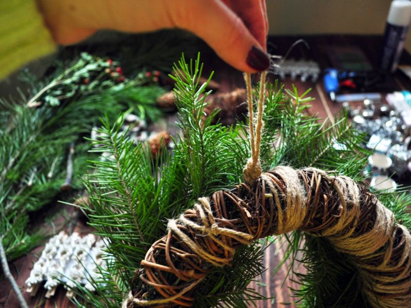 Новогодний венок своими руками. 12 мастер-классов по изготовлению венков в домашних условиях этап 37
