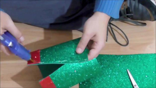 Снеговик своими руками на Новый год из подручных материалов этап 16