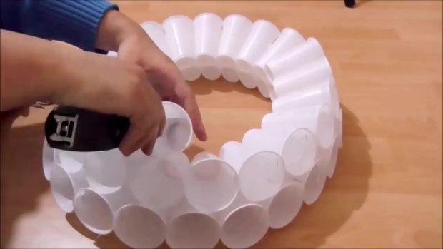Снеговик своими руками на Новый год из подручных материалов этап 9