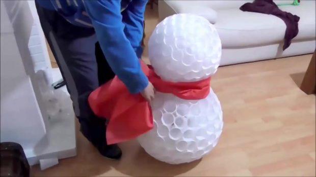 Снеговик своими руками на Новый год из подручных материалов этап 14