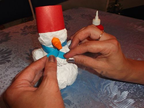 Снеговик своими руками на Новый год из подручных материалов этап 73