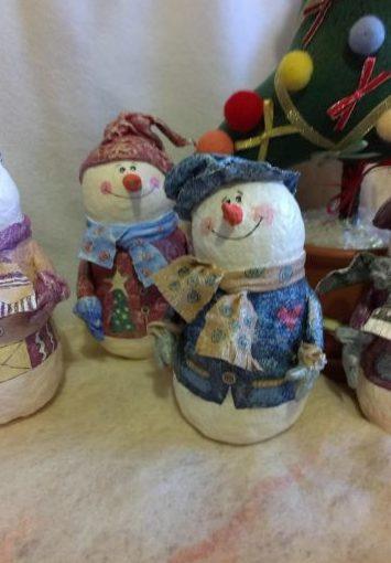 Снеговик своими руками на Новый год из подручных материалов этап 52