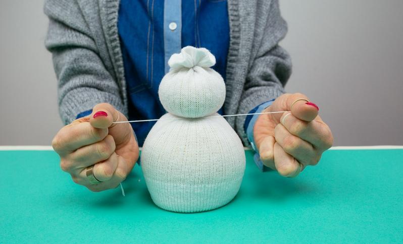 Снеговик своими руками на Новый год из подручных материалов этап 33