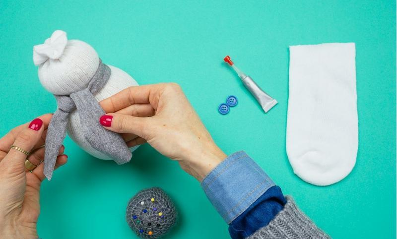 Снеговик своими руками на Новый год из подручных материалов этап 34