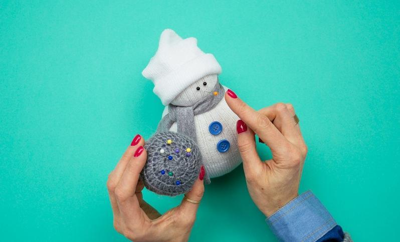 Снеговик своими руками на Новый год из подручных материалов этап 35