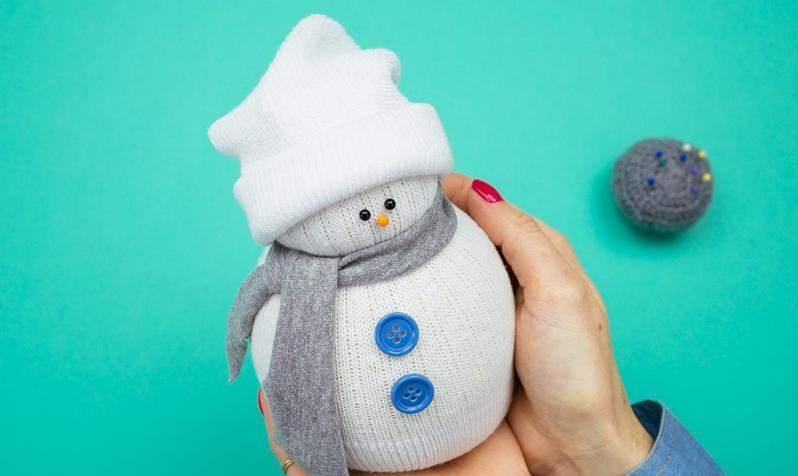 Снеговик своими руками на Новый год из подручных материалов этап 26