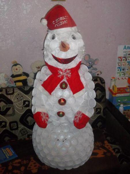 Снеговик своими руками на Новый год из подручных материалов этап 24
