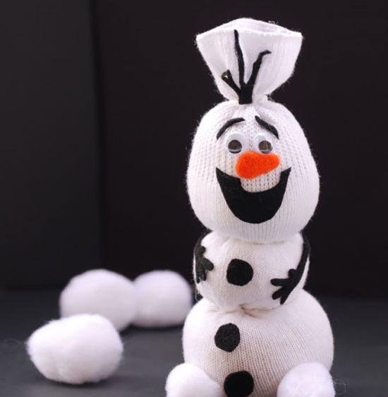 Снеговик своими руками на Новый год из подручных материалов этап 38