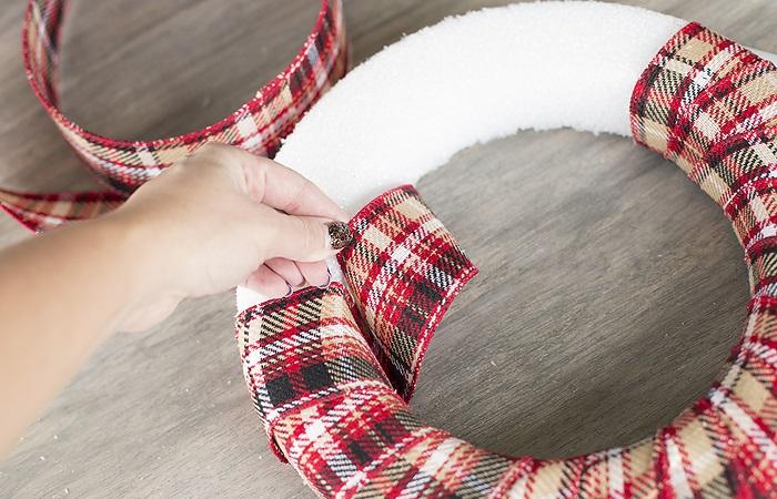 Новогодний венок своими руками. 12 мастер-классов по изготовлению венков в домашних условиях этап 25
