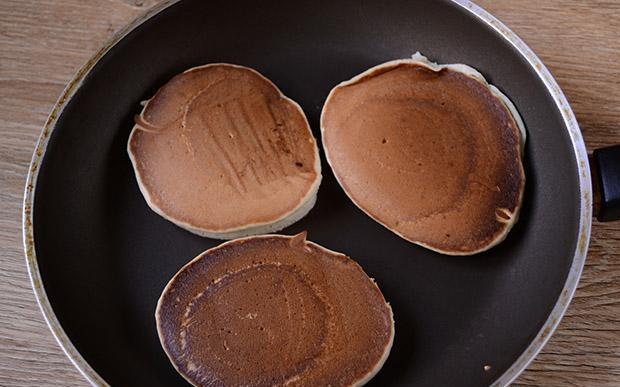 Панкейки на кефире — 10 пошаговых рецептов пышных панкейков этап 15