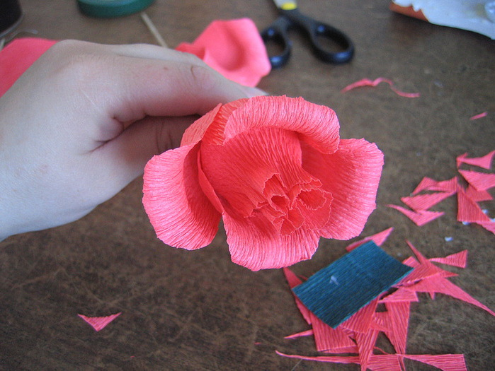 Розы из гофрированной бумаги своими руками: пошаговые инструкции для начинающих этап 16