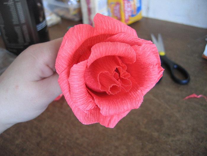 Розы из гофрированной бумаги своими руками: пошаговые инструкции для начинающих этап 17