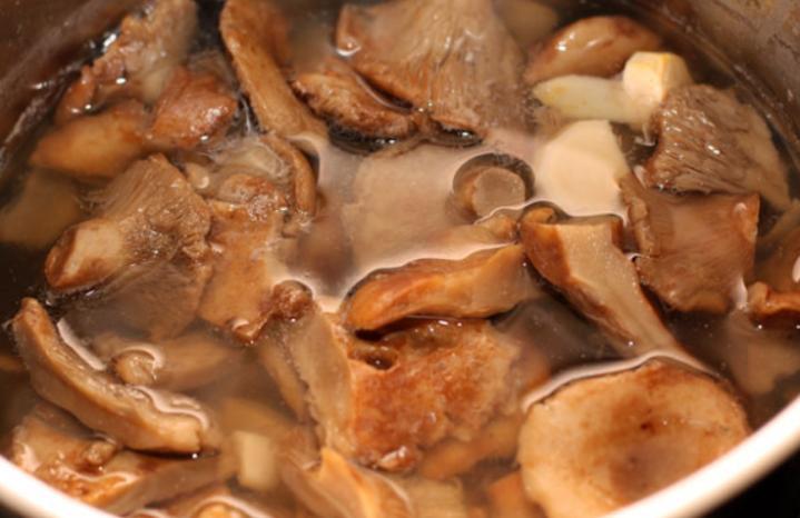 Грузди, соленые горячим способом в банках на зиму по рецептам быстрого приготовления этап 15