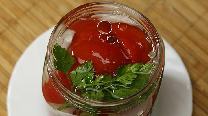 Помидоры дольками с луком и маслом на зиму: рецепты «пальчики оближешь» этап 8