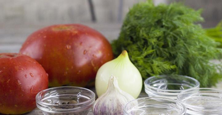 Помидоры дольками с луком и маслом на зиму: рецепты «пальчики оближешь» этап 10