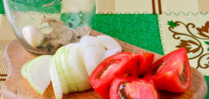 Помидоры дольками с луком и маслом на зиму: рецепты «пальчики оближешь» этап 19