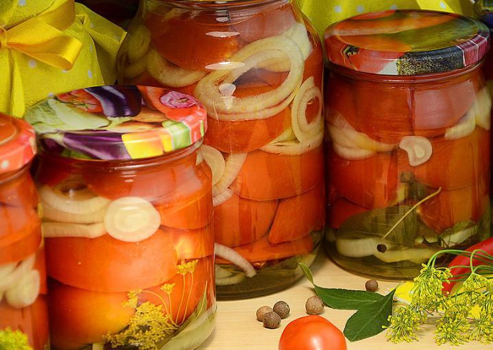 Помидоры дольками с луком и маслом на зиму: рецепты «пальчики оближешь» этап 1