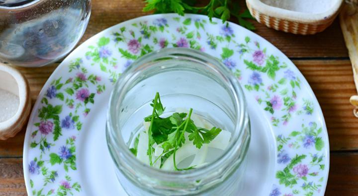 Помидоры дольками с луком и маслом на зиму: рецепты «пальчики оближешь» этап 28