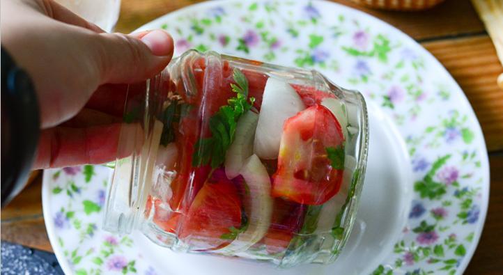 Помидоры дольками с луком и маслом на зиму: рецепты «пальчики оближешь» этап 31