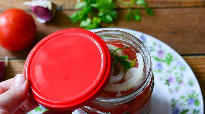 Помидоры дольками с луком и маслом на зиму: рецепты «пальчики оближешь» этап 34