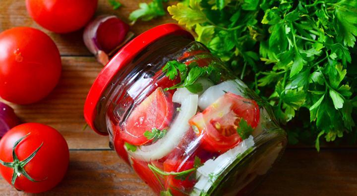 Помидоры дольками с луком и маслом на зиму: рецепты «пальчики оближешь» этап 25