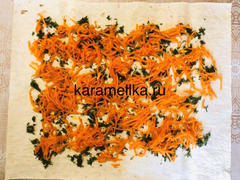 Рулет из лаваша с корейской морковкой и колбасой. Простой рецепт рулета из лаваша с начинкой этап 6
