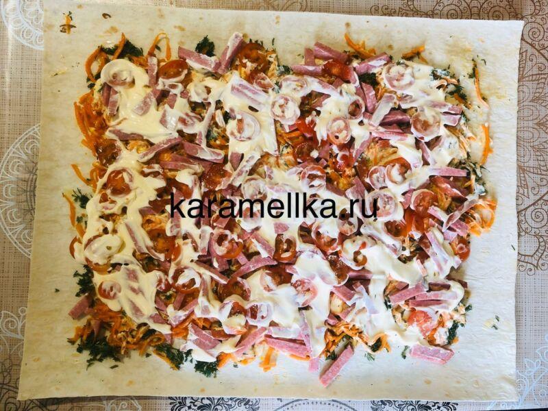 Рулет из лаваша с корейской морковкой и колбасой. Простой рецепт рулета из лаваша с начинкой этап 12