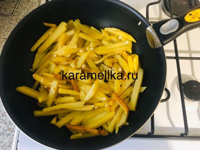 Жареная картошка на сковороде с чесноком (рецепт картофеля с хрустящей корочкой) этап 9