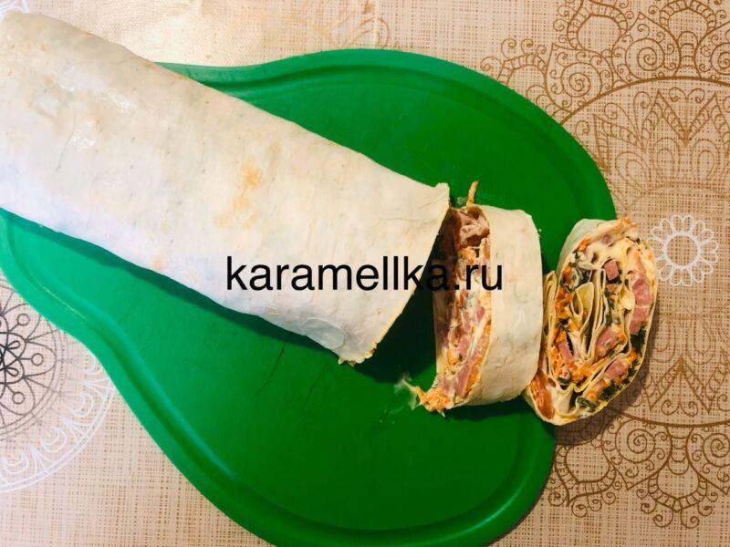 Рулет из лаваша с корейской морковкой и колбасой. Простой рецепт рулета из лаваша с начинкой этап 17
