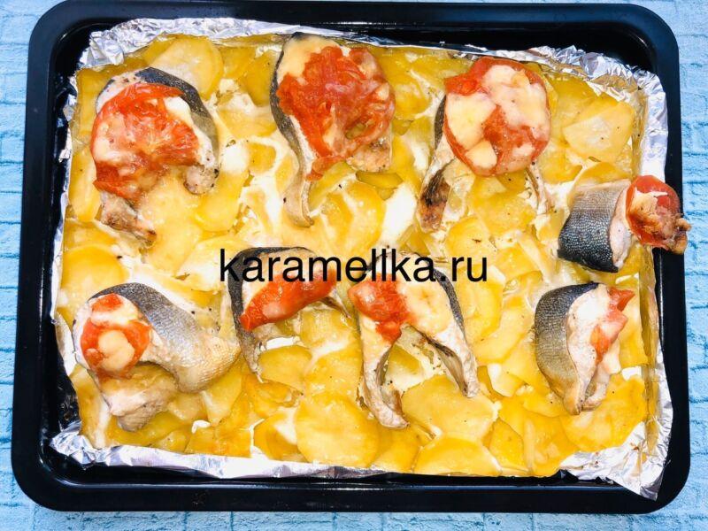 Горбуша запеченная с сыром и помидорами в духовке этап 12