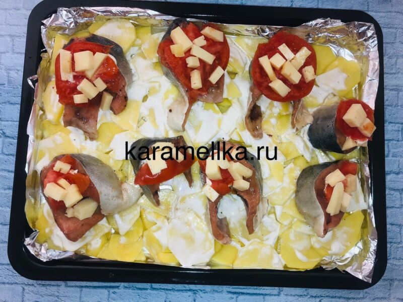 Горбуша запеченная с сыром и помидорами в духовке этап 10
