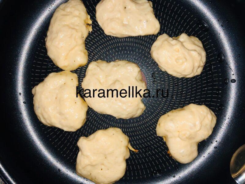 Пышные оладьи на кефире без дрожжей — рецепт с содой и яйцом этап 12