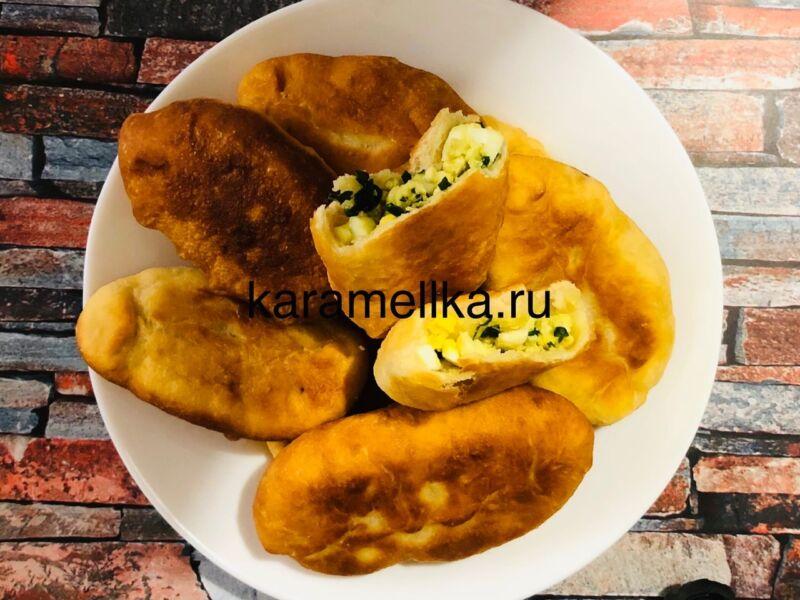 Жареные пирожки с луком и яйцом на сковороде — рецепт на кефире