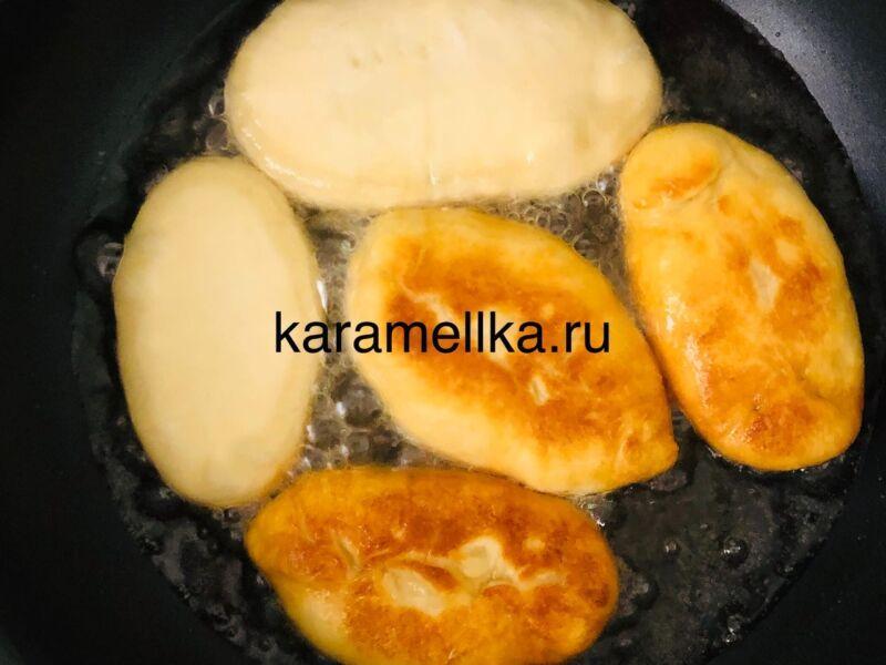 Жареные пирожки с луком и яйцом на сковороде — рецепт на кефире этап 15