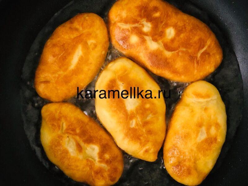 Жареные пирожки с луком и яйцом на сковороде — рецепт на кефире этап 16