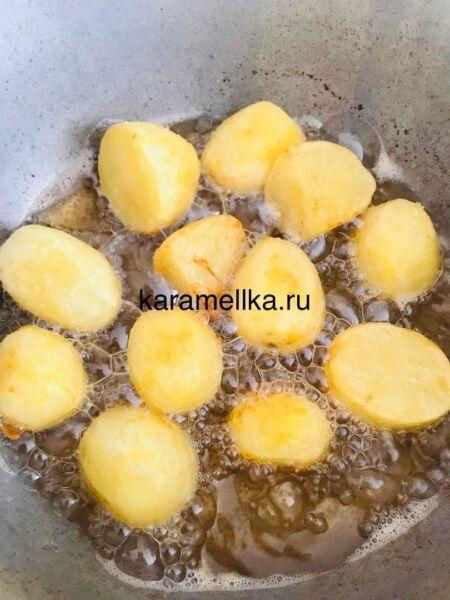 Молодая картошка с мясом в казане на плите этап 4