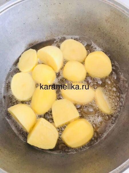Молодая картошка с мясом в казане на плите этап 2