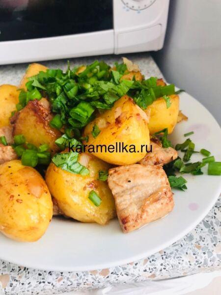 Молодая картошка с мясом в казане на плите