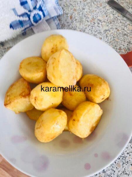 Молодая картошка с мясом в казане на плите этап 6